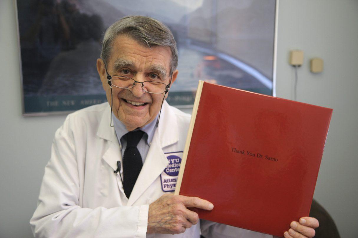 Dr. Sarno mit Buch