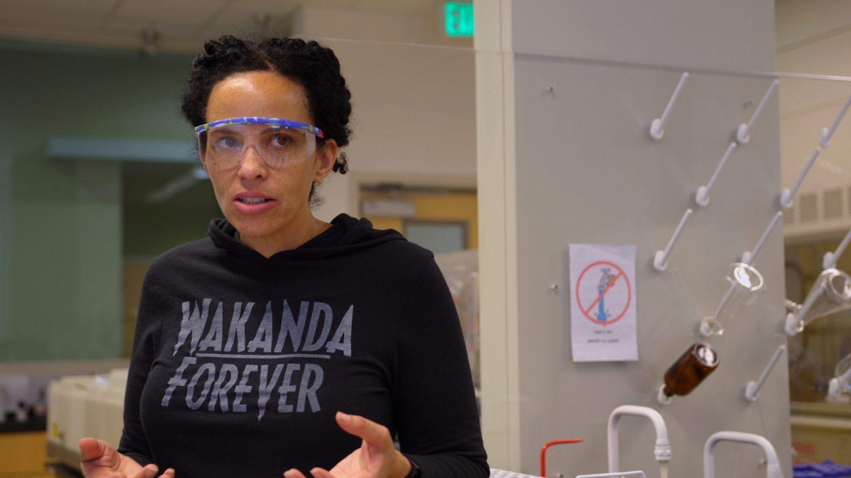 Raychelle Burks im Labor